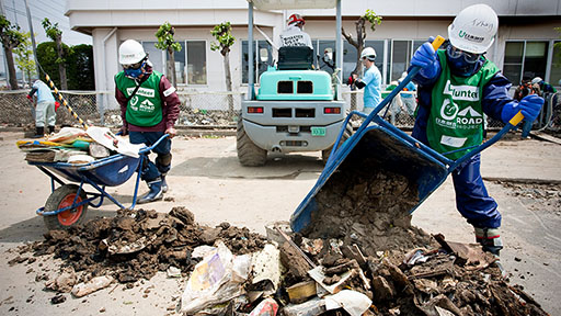 Photo of volunteers engaged in relief activitiy in area damaged by Great East Japan Earthquake